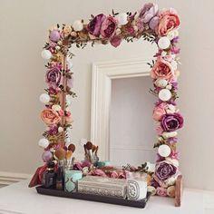 I've been spotting some fantastic DIY vanity mirror recently. Here are 17 ideas of DIY vanity mirror to beautify your room Diy Casa, Ideias Diy, Beauty Room, Diy Beauty, Room Inspiration, Mirror Inspiration, Diy Furniture, Floral Furniture, Handmade Furniture