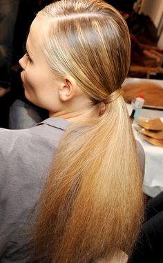 Como hacer peinados a un lado: coleta efecto frizz en Gucci | Galería de fotos 2 de 10 | Vogue