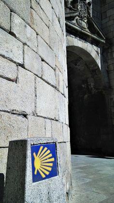 Mojón del #caminoprimitivo en la puerta de San Pedro de #Lugo