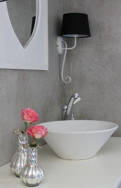 Zelfgemaakt wastafelmeubel met waskom. De verse rozen maken het sfeertje helemaal af!