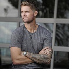 """S O // C L O S E Have you requested Brett Young's """"Here Tonight"""" at your favorite radio station today? Currently sitting pretty at It's… Brett Young Lyrics, Chris Young Music, Male Country Singers, Country Music Artists, Jon Langston, Tumblr Boys, Man Crush, Music Is Life, Cute Guys"""