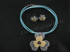 Conjunt flor d'arracades i collaret de feltre. Referència :FL-CON-024 Material : Feltre Pes : 2g