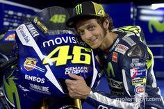 """.@ValeYellow46 """"apostaría por Márquez"""". El italiano señala al campeón como el máximo favorito. http://www.motoworld.es/deporte/motogp/valentino-rossi-apostaria-por-marquez.html…"""