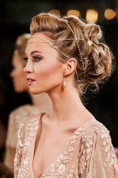wundervolle frisur mit goldenen haarschmuck inspiriert von dem retro stil