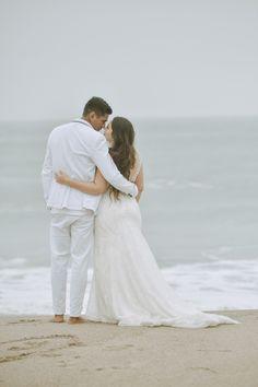 La playa, el escenario perfecto para sellar su destino de amor.  #Matrimoniocompe #Organizaciondebodas #Matrimonio #Novios #TipsNupciales #CaminoAlAltar #MatriPeru #BodaPeru #Amor #Romantico #Couple #MatrimonioEnLaPlaya #CasarseEnlaPlaya #BeachWedding Wedding Beach, Weddings, Wedding Dresses, Fashion, Amor, Beach Weddings, Kiss, Destiny, Grooms