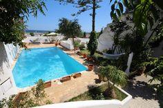 Logement entier à Lagos, PT. Les deux étapes (littéralement) de la plage et à 5 minutes du centre de Lagos cette villa balnéaire agréable à Meia Praia, avec piscine, jardin, barbecue et wi-fi est caractérisée par une grande terrasse où vous pourrez dîner, ou tout simplement b...