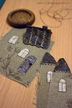 There is a box at the top where you can change the language to read instructions, but the pictures are great so if you are crafty no instructions are needed House Quilts, Fabric Houses, Embroidery Stitches, Hand Embroidery, Felt House, Penny Rugs, Wool Applique, Sewing Accessories, Sewing Notions