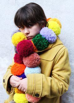 Pom Pom Wreath, Pom Pom Rug, Pompom Scarf, Pom Pom Crafts, Yarn Crafts, Crochet Baby, Knit Crochet, Pochette Rose, Clover Pom Pom Maker
