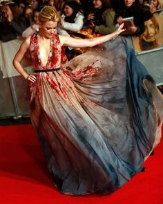 in LOVE with this Elie Saab Couture gown on Elizabeth Banks @ the Hunger Games Mockingjay - Part 1 Premiere! Beauty And Fashion, High Fashion, Trendy Fashion, Robes Glamour, Elizabeth Banks, Red Carpet Looks, Red Carpet Dresses, Mode Inspiration, Red Carpet Fashion
