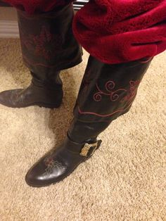 Pirate boots, someone wears with a Santa suit lol cool Celtic Christmas, Father Christmas, Mrs Claus, Santa Clause, Santa Costumes, New Outfits, Cool Outfits, Santa Boots, Santa Outfit