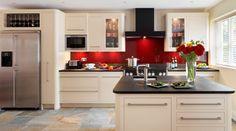 Armoires blanches, plans de travail en granit et crédence en verre rouge. Aime beaucoup les couleurs. Manque du bois pour chez nous