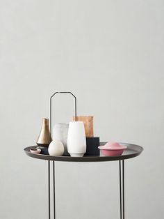 Вместе «холодная» светлая керамика, розовый пластик и кубические сосуды