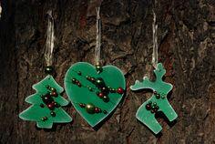 Vánoční+ozdoby+-+perličky+002+Vánoční+ozdoby+z+překližky.+Ručně+malované+z+obou+stran.+Opatřené+jemnou+bílou+patinou+a+perletí.+Dozdobené+barevnými+perličkami.+Stužka+na+zavěšení.+Vhodné+na+ozdobu+vánočního+stromečku,+ale+i+pro+jakoukoliv+vánoční+dekoraci.+Set+obsahuje+3+ks+(1x+stromeček,+1x+sob,+1x+srdce).+Rozměry+cca:+7+cm+barva:+zelená+Každý+kus+je+ručně...
