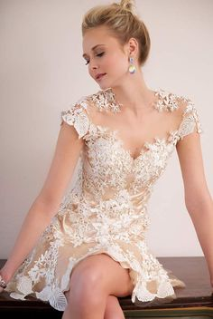 Love the on/off shoulder design and sweetheart neckline