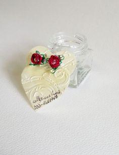 Orecchini a rosa di due colori con tecniche miste tra cui lo split-ring. Con l'aggiunta di preziosi swaroswky.