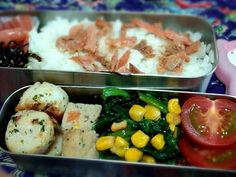 今日もあまった物とか中心の簡単おかずです。ご飯には、残り物の鮭のほぐし身のっけです。 - 4件のもぐもぐ - 今日のお弁当(帆立のハーブオイル焼き、ミートローフ残り、ほうれん草とコーンのソテー、プチトマト、たらこ、ごま昆布) by kaorin0502
