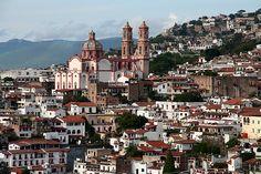 Taxco, ciudad mexicana ubicada al norte del estado de Guerrero, es la cabecera municipal de Taxco de Alarcón. Es uno de los centros turísticos más importantes de dicho estado y por su belleza arquitectónica es considerado por la Secretaría de Turismo de México como Ciudad Luz.