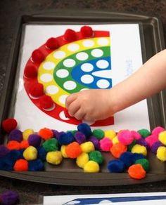 14 tolle Ideen wie Dein Kind ganz einfach Farben lernt | Bereits mit zwei Monaten können Babys Farben erkennen - vor allem rot und grün. Die anderen Farben sieht es auch, aber kann sie noch nicht gut unterscheiden. Wie jede Farbe heißt, lernt Dein Kind dann aber erst im Kleinkindalter. Mit diesen 14 tollen Ideen, klappt das wie von selbst.