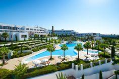 Vista general del hotel y de la piscina