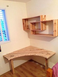 DIY #Pallet #Desk with Art Style Shelves | 101 Pallet Ideas - DIY pallet corner study table or computer desk ideas!