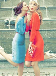 Leighton Meester as Blair Waldorf and Blake Lively as Serena van der Woodsen, Gossip Girl. Gossip Girls, Moda Gossip Girl, Estilo Gossip Girl, Gossip Girl Fashion, Gossip Girl Clothes, Gossip Girl Serena, Fashion Glamour, Fashion Shoot, Gossip Girl Style