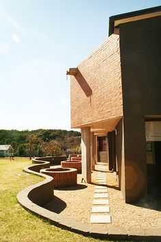House Coetzer - Influenced by a critical awareness of regional concern, local materials & building techniques are used in a manner which challenges existing methodologies.