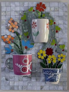 Happy mugs, the flowers are already inside the Mosaic piece. Mosaic Wall Art, Mosaic Diy, Mosaic Garden, Mosaic Crafts, Mosaic Projects, Mosaic Glass, Mosaic Tiles, Mosaic Flower Pots, Mosaic Pictures
