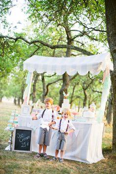 Candy Bar im Eismann Stil für eine Garten Hochzeit auf der Obstwiese, Blumenkinder mit Hemd, Hosenträgern und Hut