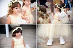 Daminhas de honra de amarelinho em casamento diurno. Muita fofura! Foto: Aline Machado.