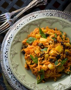 Curry Carrot Salad: delicious, creamy and spicy (raw, vegan).