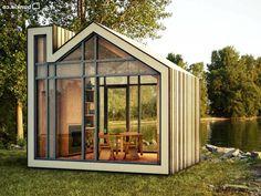 Bureau de jardin en forme de maison, très lumineux pour capter la lumière du jour de chaque côté !