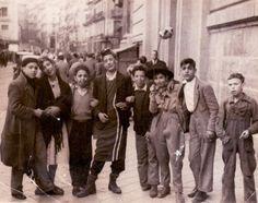 """""""Carnaval en la calle Toledo"""": Mi padre Raúl Marchand en 1947 junto con sus amigos de la infancia. La foto está tomada en la Calle Toledo junto a la catedral de San Isidro de Madrid. Van vestidos de carnaval pero no les hacía falta mucho disfraz. Mi padre es el de sombrero de paja."""