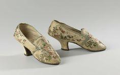 Damesschoen van gebrocheerde zijde met een crèmekleurig fond waarop boeketten van rozen en bloesem, anoniem, ca. 1750 - ca. 1785