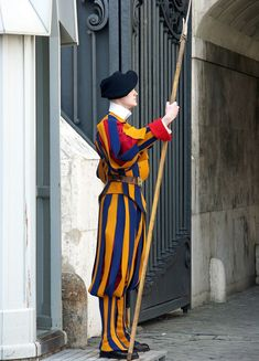 A member of the Swiss Guard with a halberd in the Vatican. Vatican City Rome, Swiss Guard, Turin, Middle Ages, Switzerland, Saints, Articles, History, Places