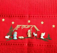 Toalla bordada en punto de Cruz  con figuras pegadas Christmas Nativity, Christmas Cross, Merry Christmas, Xmas, Christmas Ornaments, Diy And Crafts, Arts And Crafts, Holidays And Events, Cross Stitch