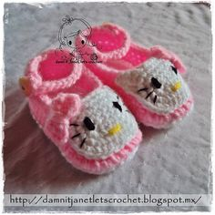 How cute are these Hello Kitty crochet slippers ! Any little baby will look adorable wearing them .They would be nice gifts for your baby or baby showers. Crochet Booties Pattern, Crochet Slipper Pattern, Crochet Baby Shoes, Crochet Slippers, Hello Kitty Crochet, Hello Kitty Baby, Knitting Patterns, Crochet Patterns, Baby Booties