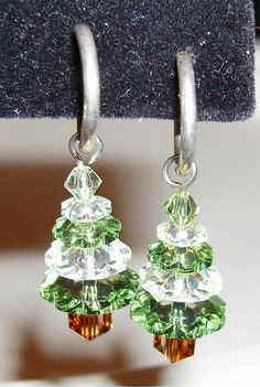 Christmas tree earrings could make these for tree decorations Christmas Tree Earrings, Christmas Ornaments, Christmas Ideas, Xmas Tree, Bead Crafts, Jewelry Crafts, Ideas Joyería, Earring Tree, Homemade Jewelry