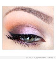 Maquillaje de ojos delicado en tonos rosas