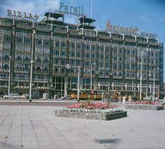 1958 Het Groothandelsgebouw is een Rijksmonument , gelegen naast het CS. Begin jaren 50 was het een van de eerste gebouwen na de bombardementen ,op de plaats van de oude Diergaarde Blijdorp. Het werd een vernieuwend project voor die tijd: het gebouw bood niet alleen plaats aan bedrijven, maar bevatte een autoroute door het pand. Al tijdens de bouwfase in 1951 vestigden zich bedrijven in het gebouw, onder meer Engels, een grand café-restaurant, congres-, party- en zalencentrum.