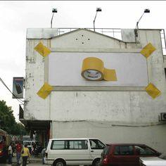 """In Kuala Lumpur (Malaysia) startete Penline gemeinsam mit der Agentur Havas diese coole Guerilla Plakatkampagne. Um die Message """"strong tape"""" noch deutlicher"""