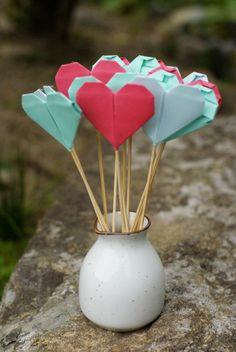 Otro tutorial para hacer corazones de papel y unas etiquetas románticas para imprimir tu mismo! Love is in the air ;P