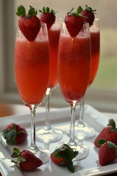 If you have five minutes and a blender than these beautiful Easy Frosty Strawberry Mimosas can be all yours. Make sure you have backup ingredients! Brunch Mesa, Brunch Buffet, Christmas Brunch Menu, Christmas Breakfast, Christmas Morning, Birthday Brunch, Easter Brunch, Birthday Menu, Birthday Drinks