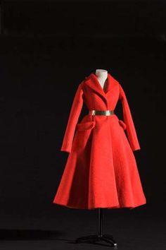 Une exposition itinérante de mannequins de mode 1945-1946, environ 1/3 de la taille de l'échelle humaine, conçu par les meilleurs créateurs de mode de Paris. Minutieusement cousu au millimètre près, ils ressemblent aux originaux dans les moindres détails.Ce n'est pas seulement une exposition qui s'apprête à visiter le monde entier, c'est l'esprit Dior qui est voyage, aussi.