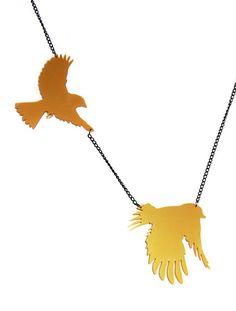 Paridae - Designed by Naked Design  Lange halsketting met twee meesjes (Paridae in het latijns) Deze vogelketting maakt iedere outfit perfect:) De vogeltjes zijn mbv de lasersnijder tot stand gekomen en zijn gemaakt van goudkleurig perspex (ook wel plexiglas genoemd) en zijn 7x6,5 cm en 6,5x6,5 cm groot