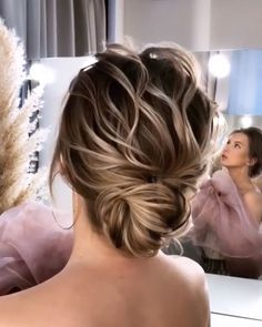 Trendfrisuren Baby trend, akkurater Mittelscheitel oder People from Bridal Hair Updo, Wedding Hair And Makeup, Hair Wedding, Hair Up Styles, Medium Hair Styles, Hair Medium, Short Hair Updo, Layered Hairstyle, Bride Hairstyles