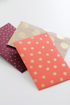(I like the gold dots for a card- stamp with an eraser) DIY Envelopes. The link has a template to use. I need this, I always manage to cut my envelopes too much, then they don't fit. Do It Yourself Inspiration, Diy Inspiration, Origami, Diy Projects To Try, Craft Projects, Diy And Crafts, Arts And Crafts, Papier Diy, Diy Envelope