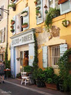 A #Marsiglia c'è un quartiere fatto di vicoli stretti su cui si affacciano case dalle pareti color pesca e finestre azzurre, deliziose botteghe e piazze in cui il tempo sembra essersi fermato... Il Panier! http://bit.ly/Panier_Marsiglia