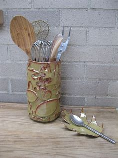 Ceramic Spoon Rest & Utensil Holder: This past year my daughter moved and I thought it would be fun to make her something for her new kitchen.so I made her a spoon rest and utensil holder using clay and leaves. Ceramic Spoons, Ceramic Clay, Ceramic Pottery, Slab Pottery, Pottery Tools, Pottery Classes, Utensil Holder, Utensil Caddy, Advanced Ceramics