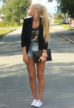 Calções ganga + tshirt preta + blazer preto + ténis brancos