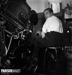 La cabine de projection du cinéma le Rex. Paris (IIe arr.), 1936-1937. Photographie de Marcel Cerf,  (1911-2010). Bibliothèque historique de la Ville de Paris.